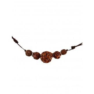 Mittelalter Halskette Roaz aus Rudrakshasamen in Beige Detailansicht